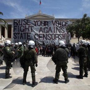 Έξι συλλήψεις για το κατέβασμα της ελληνικής σημαίας στο ΠανεπιστήμιοΑθηνών