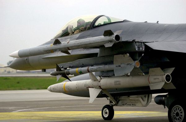 1280px-AIM-9_AIM-120_and_AGM-88_on_F-16C