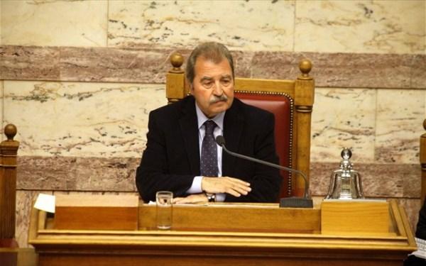 Μιλώντας στον ραδιοφωνικό σταθμό «Βήμα FM», ο κ. Τραγάκης έστειλε αυστηρό μήνυμα προς τους απείθαρχους βουλευτές, τονίζοντας ότι τώρα πλέον «η εντολή είναι να εφαρμοστούν και πειθαρχικά μέτρα».