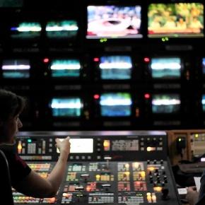 Στον «αέρα» η πρώτη ζωντανή δημοσιογραφική εκπομπή της ΔημόσιαςΤηλεόρασης
