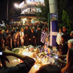 Τρισάγιο, κεριά και λουλούδια για τα θύματα.ΣΤΟ ΣΗΜΕΙΟ ΤΗΣΕΚΤΕΛΕΣΗΣ
