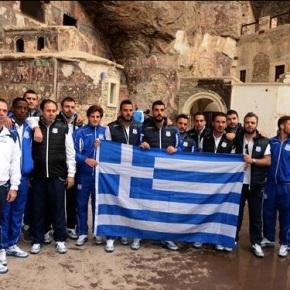 Η ελληνική σημαία από Κύπριους Έλληνες στηνΤραπεζούντα…