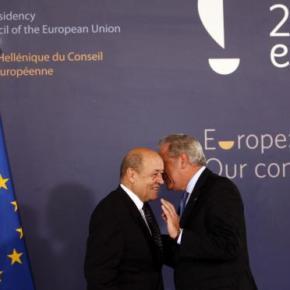 Τι λέει στο αυτί του Γάλλου υπουργού Άμυνας οΑβραμόπουλος;