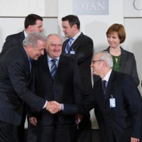 Η χειραψία Αβραμόπουλου που συζητήθηκε στο NATO – Με ποιον τηνέκανε