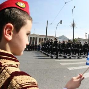 Παρέλαση «κακογουστιάς» σε άδειους από πολίτες δρόμους! Νέες στολές αγημάτων γιαγέλια