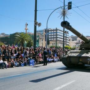 Παρέλαση: Η μοναξιά της τέντας και το πλήθος της Πανεπιστημίου –Φωτογραφίες