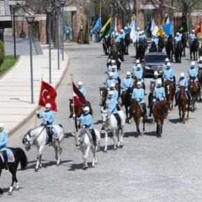 Έφιππη φρουρά για τους Τούρκους που φαίνεται ότι …πρόλαβαν τοΓΕΕΘΑ