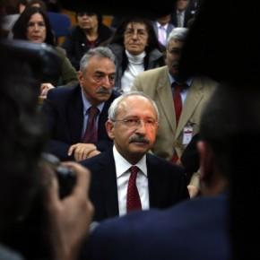 Επιτέθηκαν στον αρχηγό της αντιπολίτευσης μέσα στην τουρκική Βουλή –ΒΙΝΤΕΟ