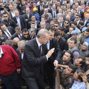 «Δολοφόνε παραιτήσου»! Ο κυνικός Ερντογάν γιουχάρεται–