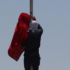 Σκύλιασαν οι Τούρκοι με τον νεαρό Κούρδο που κατέβασε την Τουρκική Σημαία απο την ΑεροπορικήΒάση!