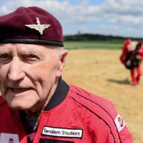 89χρονος πήδηξε με αλεξίπτωτο στηΝορμανδία