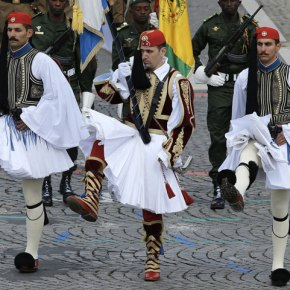 Ξετρελάθηκαν οι Παριζιάνες με τους Εύζωνες της Ελλάδος!