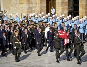 Η Τουρκία αναβιώνει τη «γιορτή της νίκης» με στρατιωτικήπαρέλαση