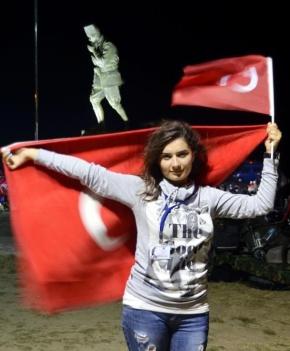 """Φωτορεπορτάζ:Οι Τουρκάλες ξενυχτάνε μόνες ή δυό-δυό-""""Λατρεία"""" για τον σφαγέα Κεμάλ ανήμερα της μαύρης επετείου της ήττας του Ελληνικού στρατού στο Αφιονκαραχισάρ"""