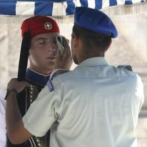 Καύσωνας στην Αθήνα Άνδρας της Προεδρικής Φρουράς σκουπίζει τον ιδρώτα από το μέτωπο Εύζωνα φρουρού στο Μνημείο του Αγνώστου Στρατιώτη στην Αθήνα. Η θερμοκρασία στην πόλη έχει αγγίξει τους 40 βαθμούςΚελσίου.