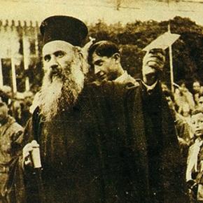 Ο μαρτυρικός θάνατος του Μητροπολίτη Σμύρνης Χρυσόστομου Σαν σήμερα πριν από 92 χρόνια ένας άγιος του ελληνισμού μαρτύρησε για την πίστη και το ποίμνιό του. Το τραγικό σκηνικό του μαρτυρίου ήταν η Σμύρνη στιςφλόγες.