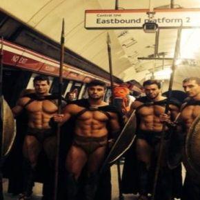 Σπαρτιάτες εισέβαλλαν στο Μετρό τουΛονδίνου!