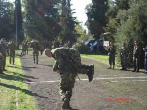 Τα Κομάντο (άμα λάχει) τρέχουν με τον τραυματία στον ώμο και τα όπλαχιαστί!