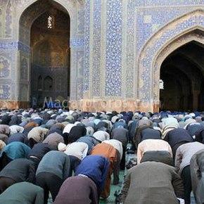 Ένα τζαμί μαζί με δύο νυχτερινά κέντραδιασκέδασης