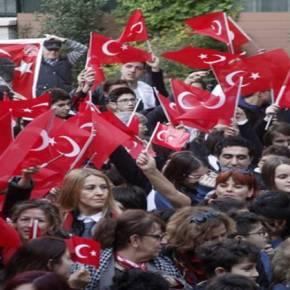 Ενώ η Τουρκία απειλεί γέμισε τουρκικές σημαίες η Θεσσαλονίκη για τον Κεμάλ[εικόνες]