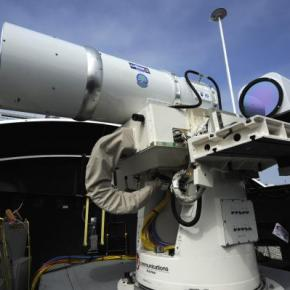 Δείτε πως «κεραυνοβολεί» το στόχο του το πρώτο επιχειρησιακό laser του αμερικανικούΝαυτικού