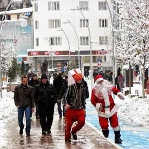 Βάρβαροι, τουρκοζώα, γελοιοποιούν τον Άγιο Βασίλη στοΜπόλου