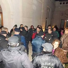 Σχολικοί φύλακες έκραξαν τον Σαμαρά στην Λάρισα, έξω από το ξενοδοχείο που μιλούσε (φωτό +video)