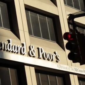 Χτύπημα από την Standard & Poor's στις ελληνικέςτράπεζες