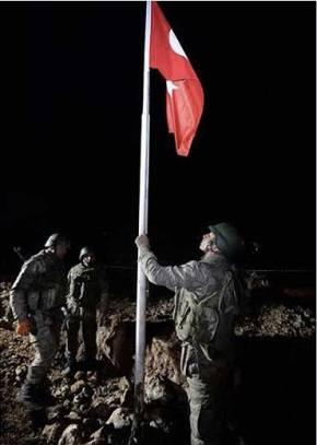 01:37 Τούρκοι Καταδρομείς κατεβάζουν τη Σημαία τους απο το Τάφο και την …Κοπανάνε(φώτο)