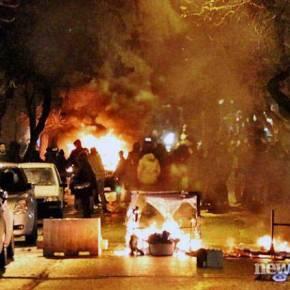 Στο έλεος των κουκουλοφόρων η Αθήνα: Φωτιές και καταστροφές στο κέντρο – Προκλητικά απούσα ηΑστυνομία