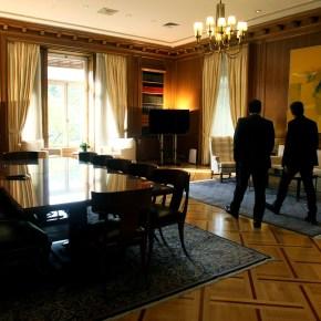Έκανε «ανακαίνιση» στο πρωθυπουργικό γραφείο και εντυπωσίασε τον Θεοδωράκη –φωτογραφίες
