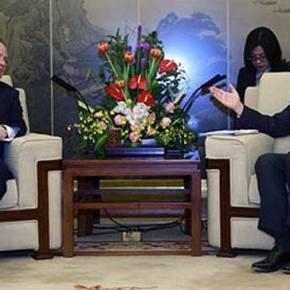 Πιο «κοντά» οι σχέσεις Αθήνας – Κίνας μετά τη συνάντηση Κοτζιά με τον ομόλογότου