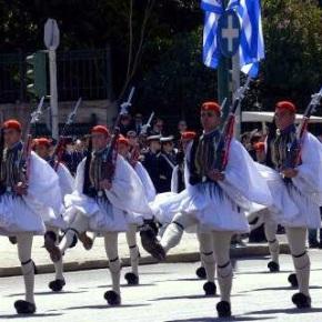 Εντελώς διαφορετική φέτος η παρέλαση της 25ης Μαρτίου: Μπάντες του Στρατού θα παίζουν… δημοτικά για να χορεύει ο κόσμος ΓΛΕΝΤΙ ΣΤΗΝ ΠΛΑΤΕΙΑΣΥΝΤΑΓΜΑΤΟΣ