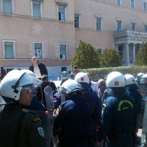 Αντιεξουσιαστές εισέβαλαν στο προαύλιο της Βουλής (Βίντεο &Φωτογραφίες)