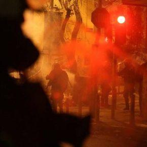 Υπό τον έλεγχο των αντιεξουσιαστών (Χθες) η Αθήνα – Έκαιγαν και έγραφαν ανενόχλητοι συνθήματα σε Βουλή και Άγνωστο Στρατιώτη –{Φώτο}