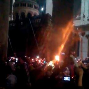 Συγκλονιστικό θαύμα: Εκατοντάδες πύρινοι σταυροί εμφανίστηκαν στην τελετή του Αγίου Φωτός του2015