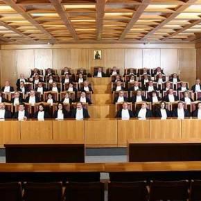 Οι δικαστές απαγορεύουν στους δανειστές να μειώνουν τιςσυντάξεις