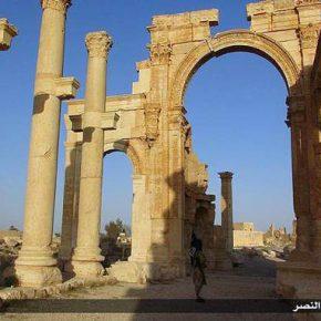 Η 1η φωτογραφία τζιχαντιστή στον αρχαιολογικό χώρο της Παλμύρας με σημαία τηςISIS