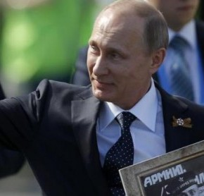 ΣΥΓΚΙΝΗΣΗ ΣΤΗΝ ΚΟΚΚΙΝΗ ΠΛΑΤΕΙΑ: Ο Πούτιν με την φωτογραφία του πατέρα του που σκότωσαν οι ναζί(ΦΩΤΟ)