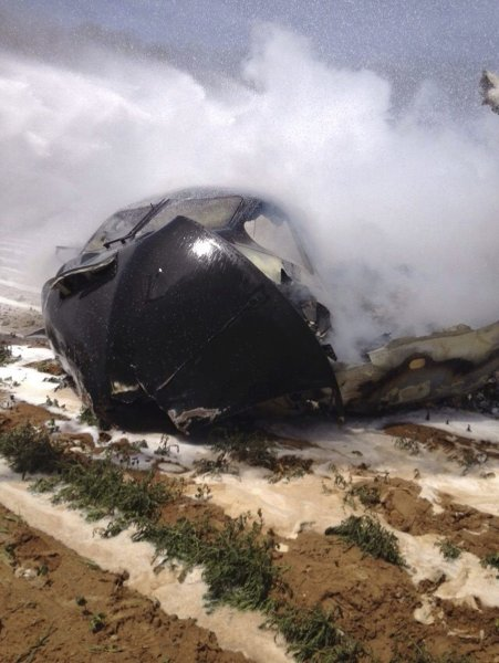epa04740111 A handout picture released by National Police shows part of a Airbus A400 military plane which crashed in the San Pablo airport in Seville, sourthern Spain, 09 May 2015. The Airbus A400M military transport plane crashed while performing a test flight, killing crew members on board. Between eight and 10 people were on the plane when it went down shortly after takeoff from an airport in the southern city of Seville, according to officials. EPA/NATIONAL POLICE / HANDOUT HANDOUT EDITORIAL USE ONLY/NO SALES +++(c) dpa - Bildfunk+++