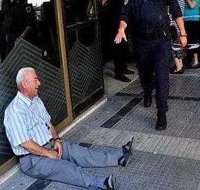«ΘΑ ΠΛΗΡΩΣΩ ΕΓΩ ΤΗΝ ΣΥΝΤΑΞΗ ΤΟΥ»Το κλάμα του έλληνα συνταξιούχου λύγισε ελληνοαυστραλό επιχειρηματία–