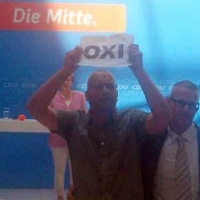 Ακτιβιστές με πλακάτ που έγραφαν ΟΧΙ διέκοψαν την ομιλία της Μέρκελ στο Βερολίνο(Βίντεο)