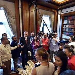 Τουρκία: Ο Ερντογάν ξεναγεί δημοσιογράφους στο παλάτιτου!