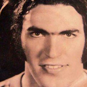 """ΛΙΩΣΤΕ στο γέλιο- Ο Λεβέντης τραγουδιστής τη δεκαετία του 70-Ακούστε πως """"εκτελεί"""" τα τραγούδια(βίντεο)"""