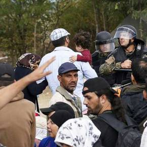 Χρήση χειροβομβίδων από Σκοπιανούς φρουρούς εναντίον των Προσφύγων στα σύνορα μεΕλλάδα!