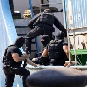 «Ρεσάλτο» του Λιμενικού στο «HADDAD 1» – Εντοπίστηκαν μεγάλες ποσότητες οπλισμού που προορίζονταν για το ISIL(εικόνες)