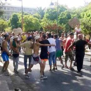 Πορεία των λαθρομεταναστών στη Μυτιλήνη «έκοψε» την πόλη στα δύο – Φόβοι για λεηλασίες(εικόνες)