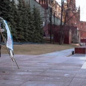 Ευσεβής στη Μόσχα και ασεβής στη χώρα του ως αποτέλεσμα αλλοτρίωσης της εθνικής συνείδησης και της ιστορικήςμνήμης
