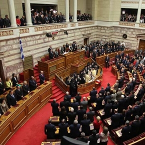 Νέο «μπάχαλο» στη Βουλή με αφορμή τα προβληματικά πόθεν έσχες των υπουργών Πυρ ομαδόν κατά τουΣταθάκη