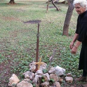 Τιμή στην Κυρά της Χειμάρρας: 74 χρόνια «φυλάει» στην αυλή της έξι νεκρούςστρατιώτες